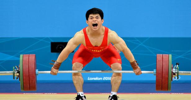 为什么举重运动员举重时要大吼一声?